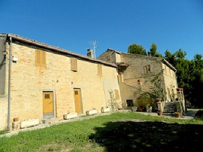 6 bedroom House in Torre di Palme, Marche for sale with 10000m2 of land.  Some restoration work to be done.