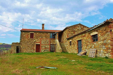 Acquapendente farmhouse complex 3 independent farmhouses and 2 large storage buildings. For Sale with land