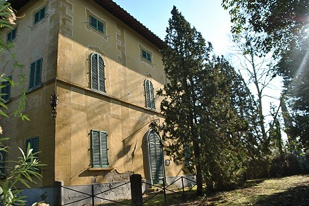 Grand and spacious 20 bed farm complex in San Gimignano, Tuscany for sale with 200000m2 of land