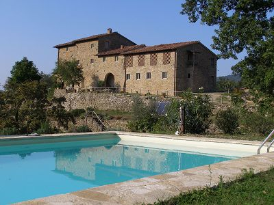 Beautiful Tuscan estate for sale with 6 apartments, pool and 2.5 hectares of land.