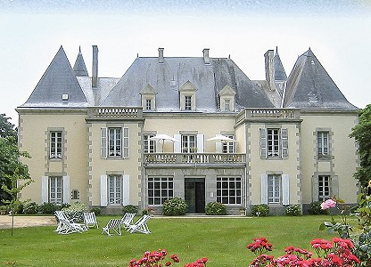 Chateau Hotel with 5 cottages in the Loire Valley for sale