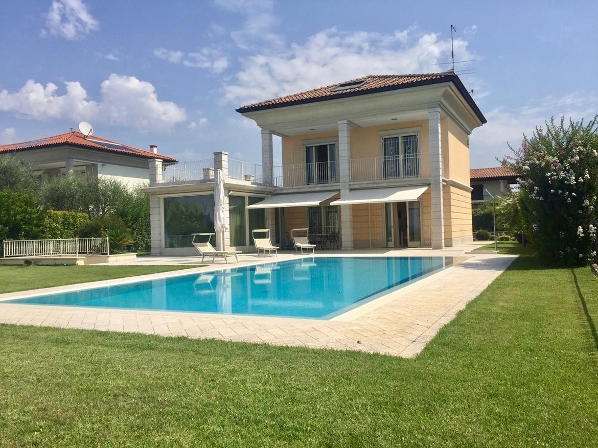 4 bedroom villa for sale with 1,100m2 of land, Lazise, Verona, Lake Garda