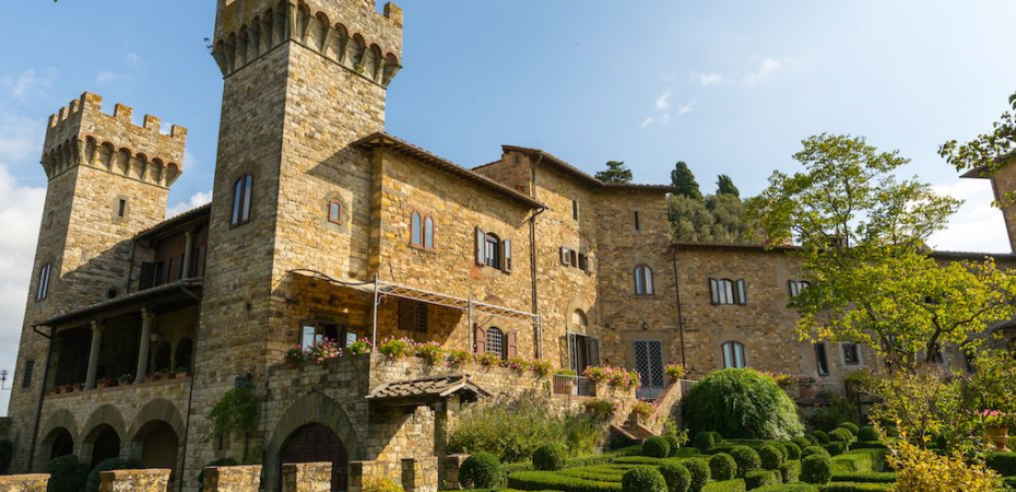 boutique hotel Castle for sale in Tuscany