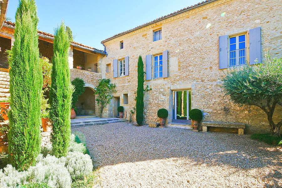 6 bedroom farmhouse with land in a quiet area just 5 minutes from Uzes.