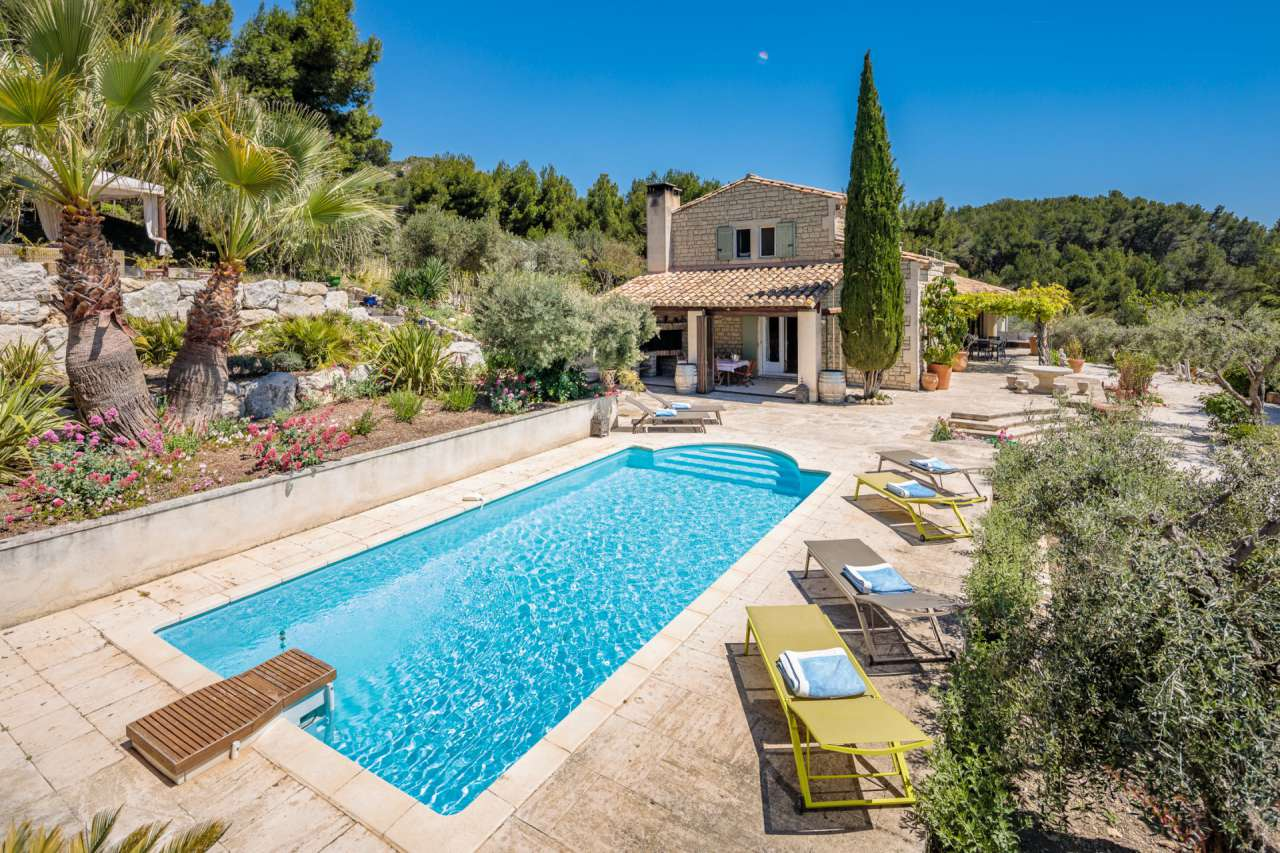 Manor house in Provence with several annexes, including a guest house, pool house and an apartment, an ideal self management opportunity.